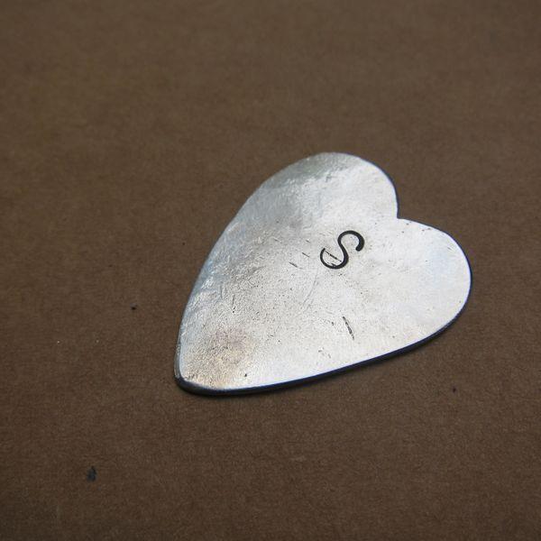 медиатор в форме сердца с гравировкой