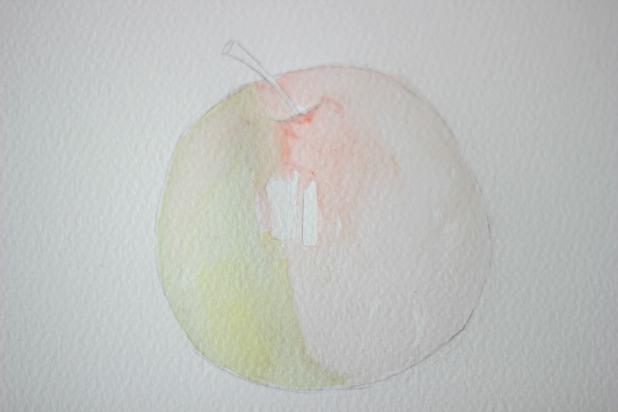 Намочите чистой кистью вторую половинку яблока и закрасьте ее тоже разбавленной, но уже красной краской