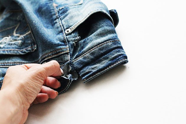 Сделайте в поясе джинсов разрез прямо над боковым швом