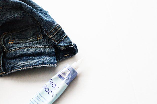 Обработайте края разреза на джинсах специальным клеем Fray Check
