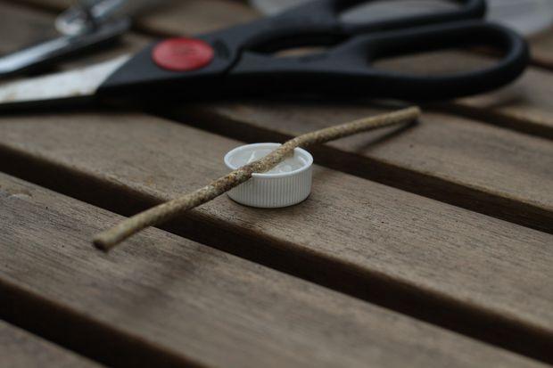 Центрируя кусок бечевки по крышке, натягивая, вставляем веревку в эти надрезы