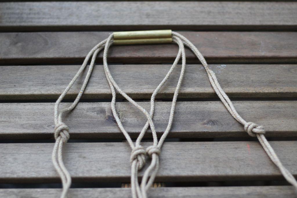 Берем один свободный кончик веревки под одной ручкой и связываем его общим узлом с противоположно располагающимся свободным кончиком другой веревки под другой ручкой
