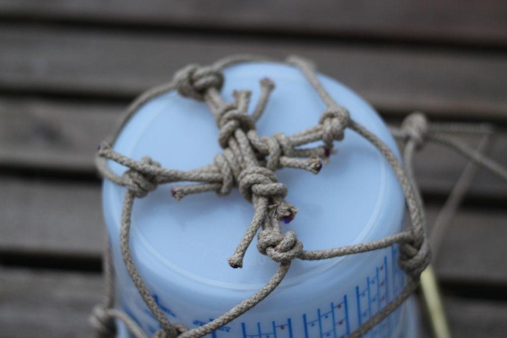 Теперь переворачиваем ведерко и сетку вверх ногами и по показанному на схеме ниже принципу связываем противоположные кончики веревки на дне, образуя плоскую крестообразную форму