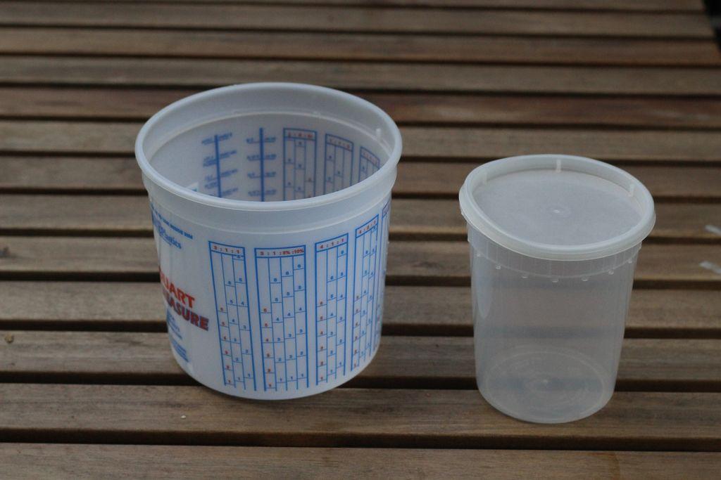 Бреется большое пластиковое ведерко, в него ставится ведерко существенно поменьше