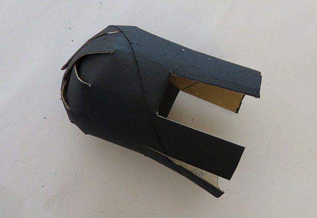 Снизу для начала подгибаем внутрь 2 полоски друг напротив друга: это будут передняя и задняя стороны паука