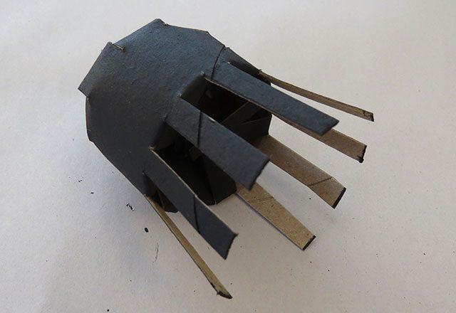 Каждую из этих 4-х полосок аккуратно разрезаем пополам и затем подгибаем внутрь каждую вторую.