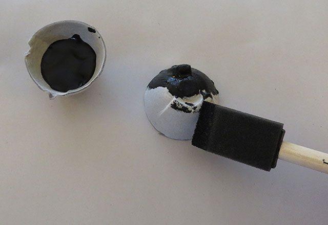 Берем любую краску и кисточку, или перманентный черный маркер, или черную бумагу и клей и окрашиваем/оклеиваем черным вырезанный слот полностью – снаружи и изнутри