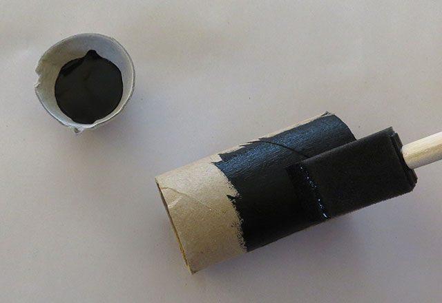 Окрашиваем/оклеиваем картонный рулон-основу от туалетной бумаги черным, причем здесь только снаружи трубки, ждем высыхания