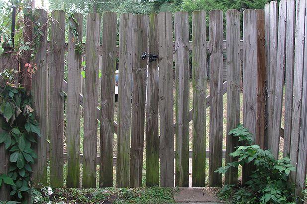 Навесьте калитку обратно на забор