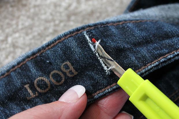 сделайте на поясе джинс сзади два отцентрированных вертикальных надреза