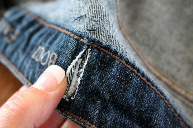прошейте на машинке резинку поперек вместе с поясом джинс