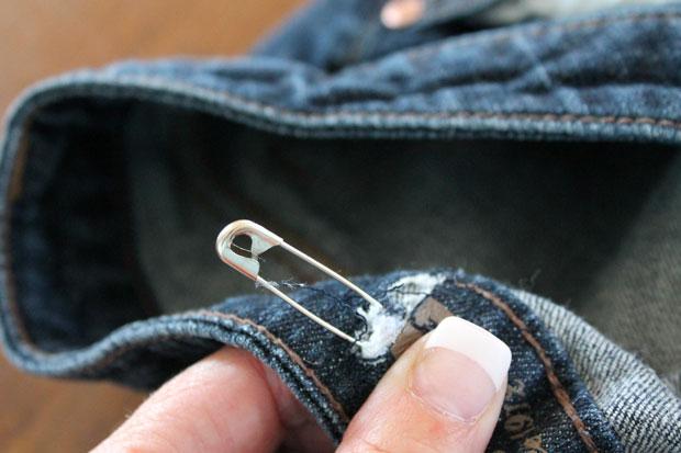 Протяните кончик резинки с булавкой до второго разреза