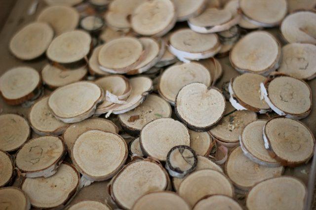 Торцовочной или маленькой ручной пилой напиливаем 55-60 круглых дисков из веток толщиной в районе 1,3 см