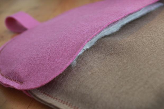 Протолкните примерно на 1,3 см готовую нижнюю часть желудя внутрь (посередине между слоев подкладки) ранее сшитой шляпки