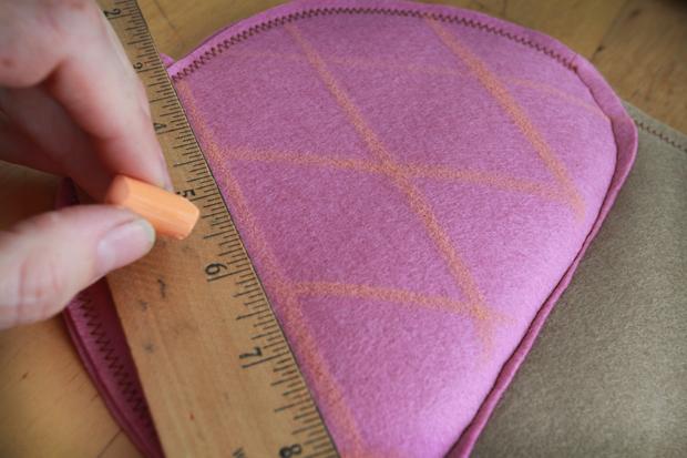 нарисуйте перекрещивающиеся диагональные линии на шляпке желудя