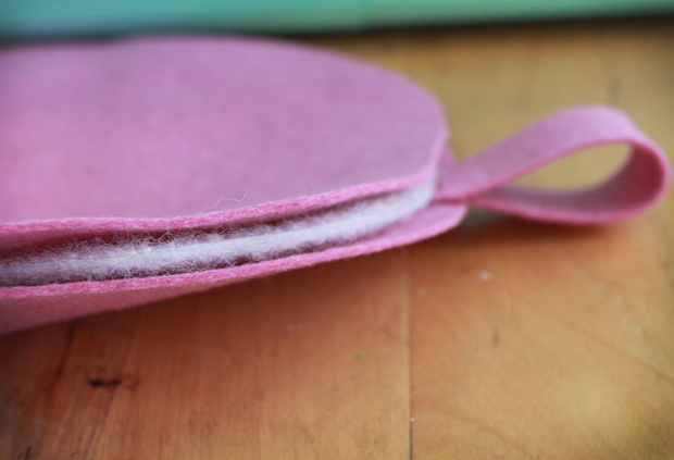Ровно проложите подкладку между двумя шляпками желудя из фетра