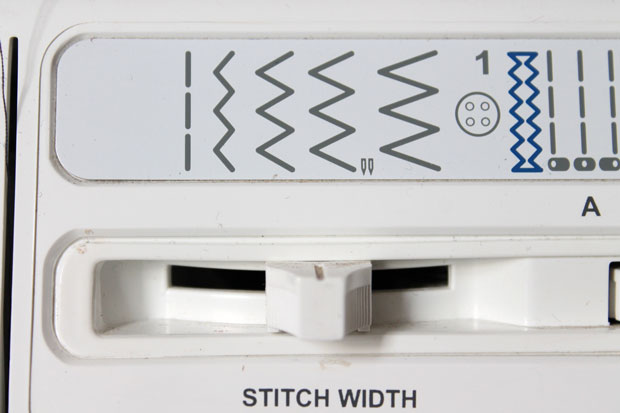 Установите швейную машинку на зигзаг средней ширины