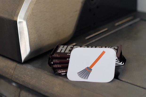Несколько шоколадок стопкой с картинкой-подсказкой