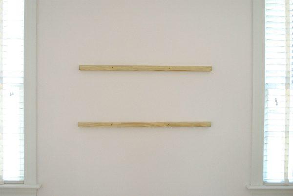 Наметили – как обычно сверлим стену, вбиваем дюбеля, привинчиваем оба бруса на свои места на стену