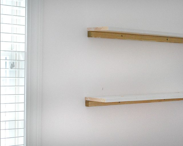 Прибиваем полки задним краем прямо сверху на брус на стене финишными гвоздями