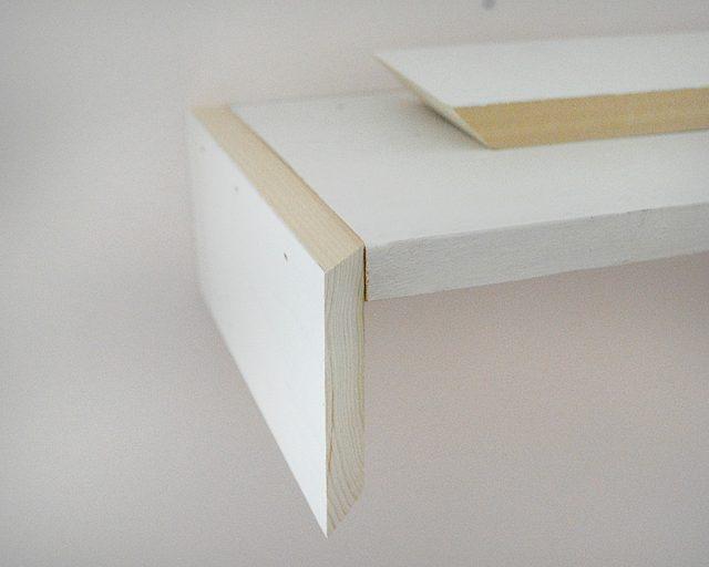 Прибиваем финишными гвоздями боковины и переднюю декоративную панель к каждой полке, при этом основания трапеций – всегда наружная часть панелей, а края, спиленные по 45 градусов должны очень ровно пойти встык