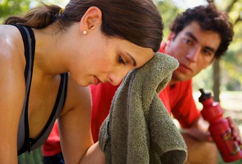 девушка слишком устала после тренировок