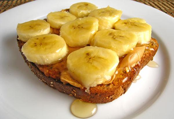 бутерброд из цельнозернового хлеба, бананов и меда