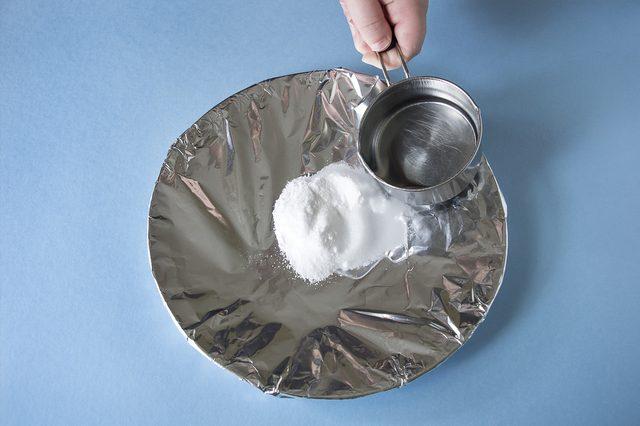 аккуратно лейте горячую воду сверху на соль с содой на тарелке/фольге
