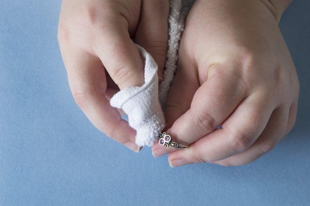 Используя мягкую чистую тряпочку, далее отполируйте украшения