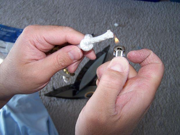 Зажигалкой подпалите кончики веревки, чтобы она не распустилась