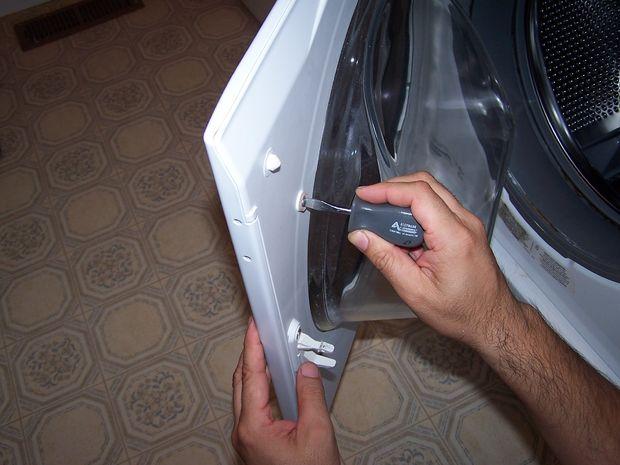 Снимите сломанную ручку, открутив винты-держатели с тыльной стороны дверцы стиральной машины