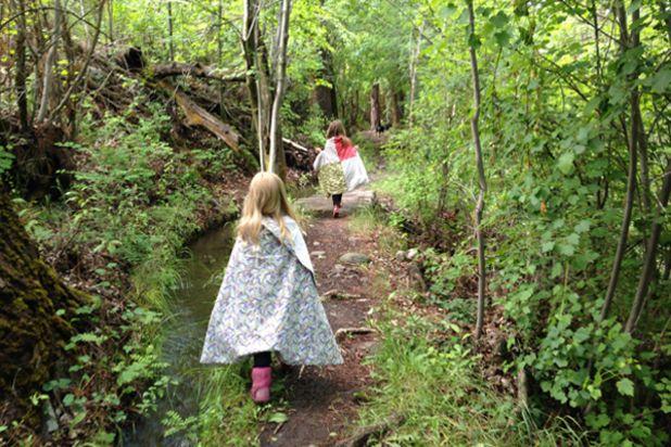 дети представляют себя рыцарями во время похода