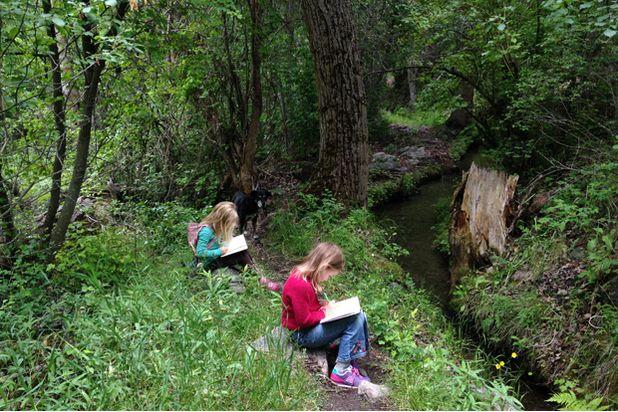 привал во время похода - дети ведут журнал юного натуралиста