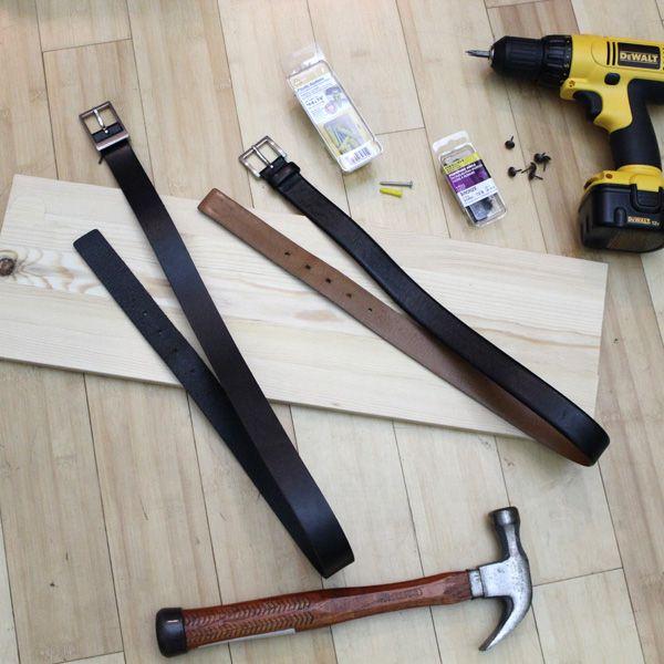 кожаные ремни, молоток, обивочные гвозди