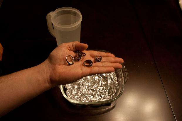 почерневшее старое серебро с большим количеством грязи и налета