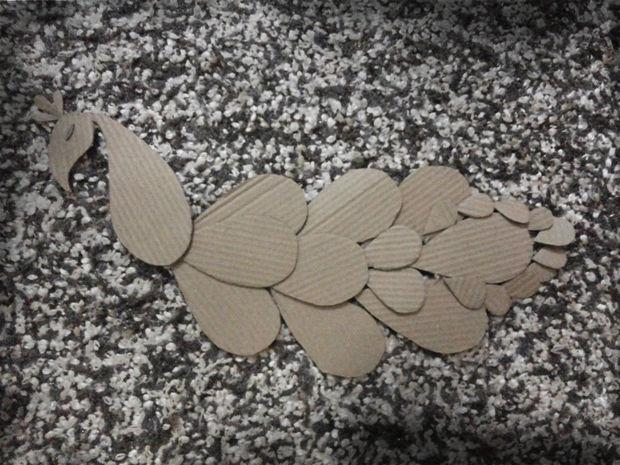 Вырезаем и собираем основу павлина из картона