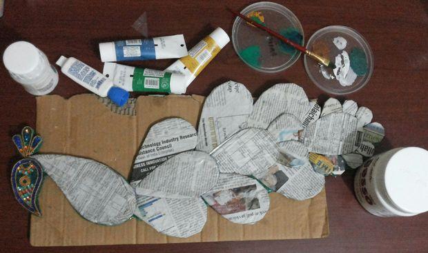 Уплотняем основу павлина из картона газетами