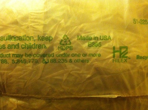 символ повторной переработки, располагающемся на большинстве пластиковых контейнеров и пакетов снизу. HDPE пластик будет помечен маленькой «2»-кой в центре треугольника из стрелок