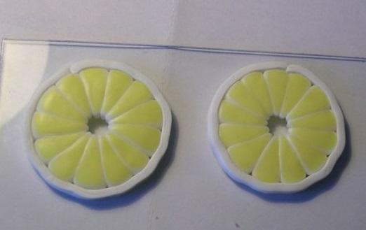 По мере остывания допустимо острым металлическим предметом «рисовать» на пластике, придавая его поверхности определенную форму