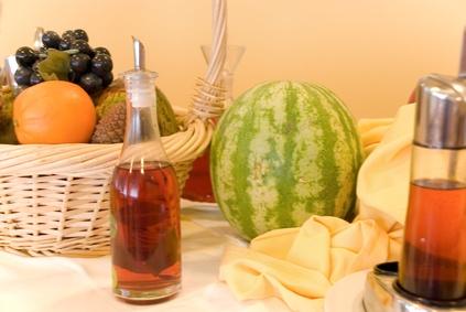 ЯБлочный уксус на столе среди фруктов