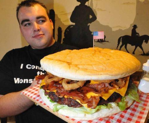 огромный гамбургер - огромная порция еды