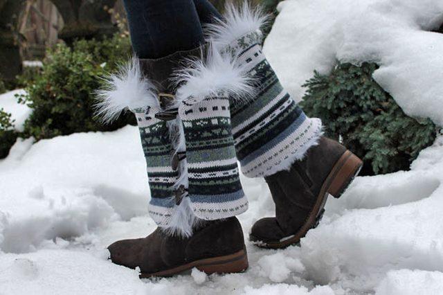 Оборачиваем свитера вокруг сапог, застегиваем пуговицы – и модная и теплая красота готова! А вы готовы идти играть в снежки на улице)