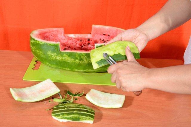 Из верхней корки ножом поменьше вырезаем 4 прямоугольных чуть изогнутых (паруса шхуны) детали