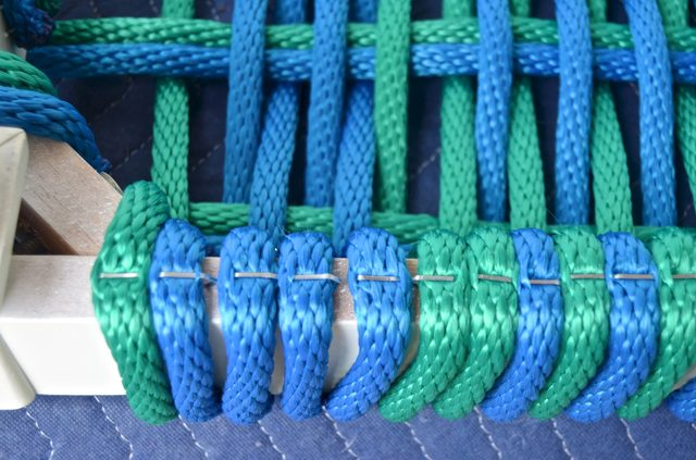 Переворачиваем почти готовую скамью вверх ногами и дополнительно крепим каждый шнур скобами/гвоздями в один ряд на горизонтальной поверхности рамы скамьи снизу