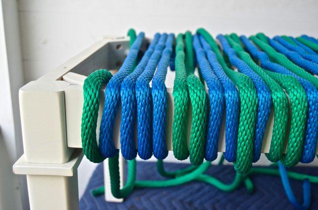 Чередуем цвета шнуров в выбранном вами порядке: 2 через 2, 1 через 3, 3 через 3, 3 через 2, а потом 2 через 2, и т. д. – сами выберите понравившийся рисунок цветов в плетении