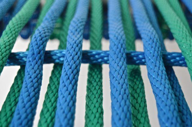 но теперь по дороге эту пару длинных шнуров (вместе) мы будем переплетать с поперечными шнурами (по одному)