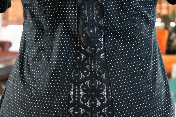 расставленная слишком тесная в груди блуза: спинка с вставленным кружевом