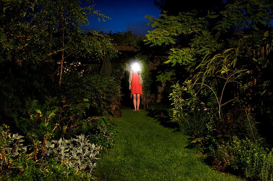 художники проводят годы в лесах, создавая природные произведения искусства - автопортрет художницы Элли Дэвис (Ellie Davies) на природе