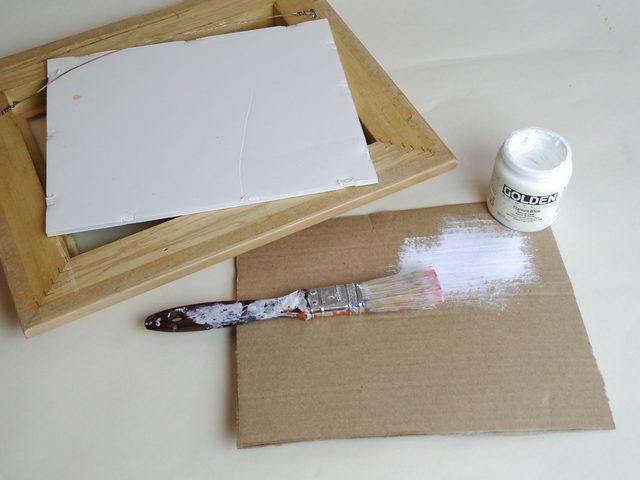 По необходимости (если сам по себе картон не белый) с одной стороны каждый задник красим белой краской или наклеиваем на него белую бумагу/пленку в пару слоев