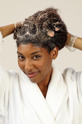 рукой распределите оттенок по волосам